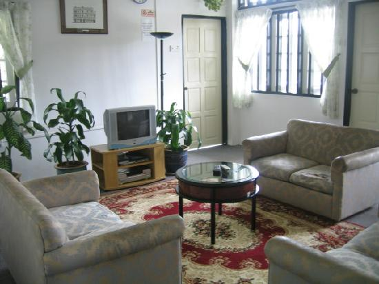 Hillview Inn: The common lounge area