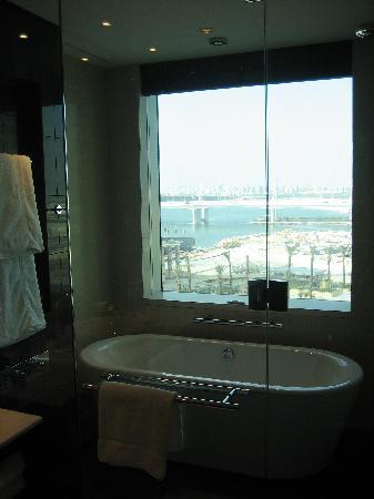 InterContinental Dubai Festival City: bathtub