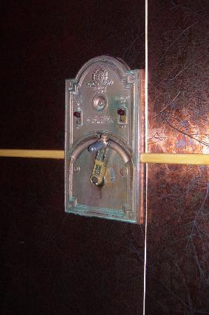 Hotel Deauville: manivela ascensor