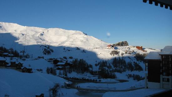 Pierre & Vacances Residence Le Mont Soleil: Acoss to Jen-Luc Cretier ski area / Aime La Plagne from balcony
