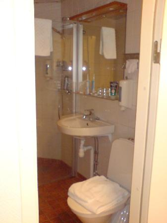 Quality Hotel Winn Haninge: Sink, large mirror & another Tork Soap Dispenser