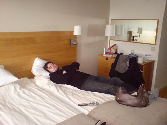 Quality Hotel Winn Haninge: Beds & the desk with minibar (which was the cabinet to the left) My other half wouldn't budge!