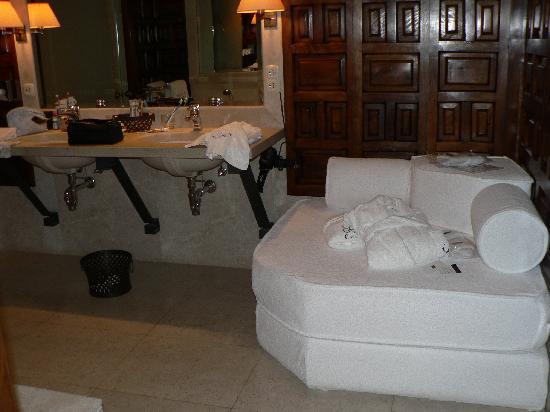 Landa: Baño con sofa
