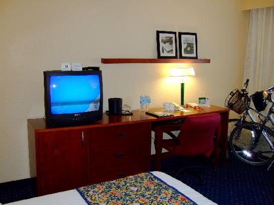 Courtyard by Marriott Fort Myers Cape Coral: Desk area and TV