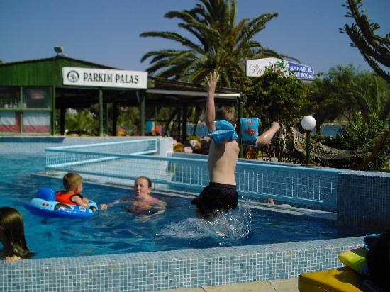Hotel Parkim Palas: Jumping in the pool