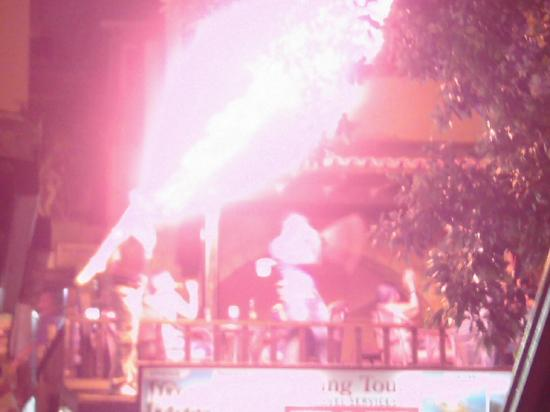Hotel Parkim Palas: Paraffin flame thrower from his mouth on Liquid Roof opposite Parkim palas at night!