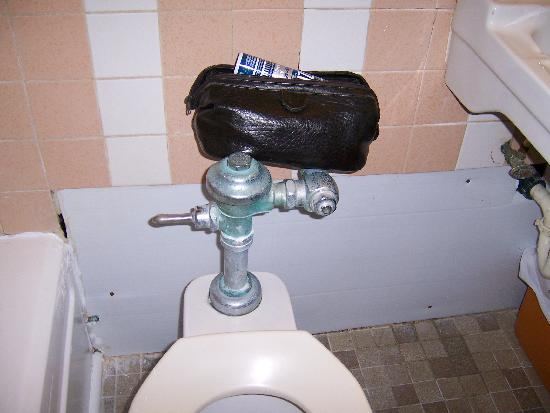 إمبريس هوتل: old leaky toilet