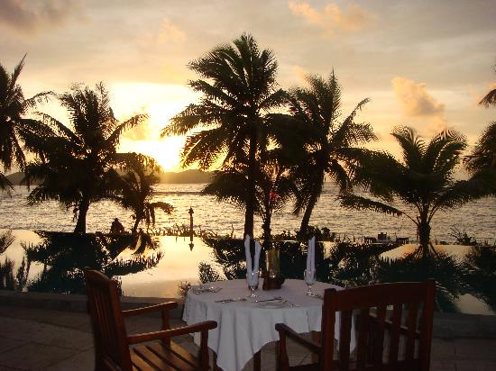 Tokoriki Island Resort: Sunset dinner by the pool side