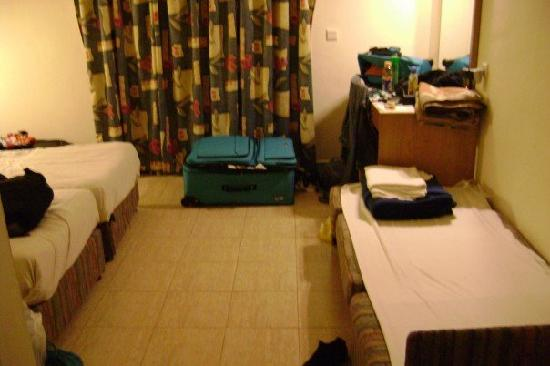 Kinar Holiday Village : the room-king bed to the left, cot on the right