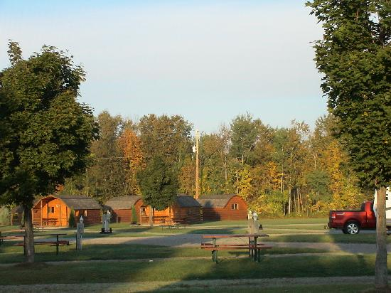 Toronto North Cookstown KOA: Lodges auf dem CampingThe camp ground and me with a Marshmallow :-)platz.