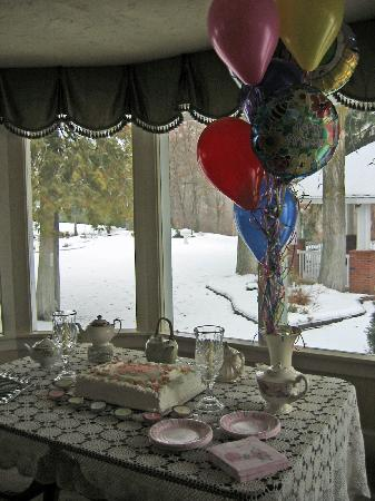 Warm Springs Inn & Winery : cake set-up for indoor party