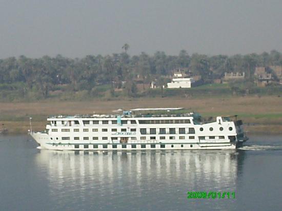 Steigenberger Nile Palace Luxor: Passing cruiseboat