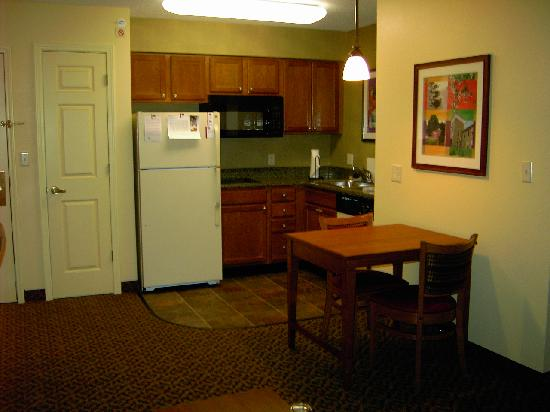 Residence Inn Boston Franklin: kitchen area