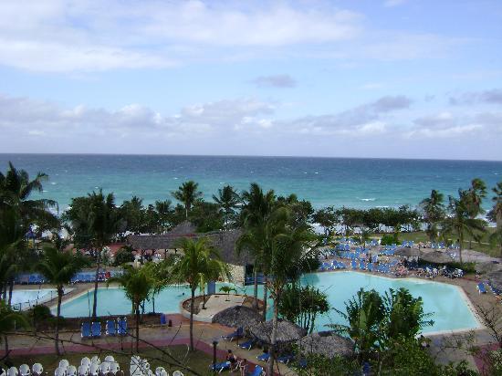 Vista de piscina y playa picture of hotel bella costa - Piscina playa ...