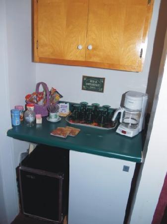 سيلك ستوكينج رو: Goodie bar stocked with snacks and sodas