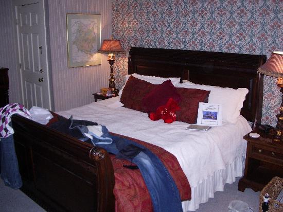 Eastman Inn : King Size bed, room 10