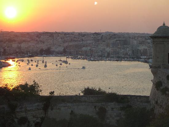 The Phoenicia Malta: Sunset at the pool 2