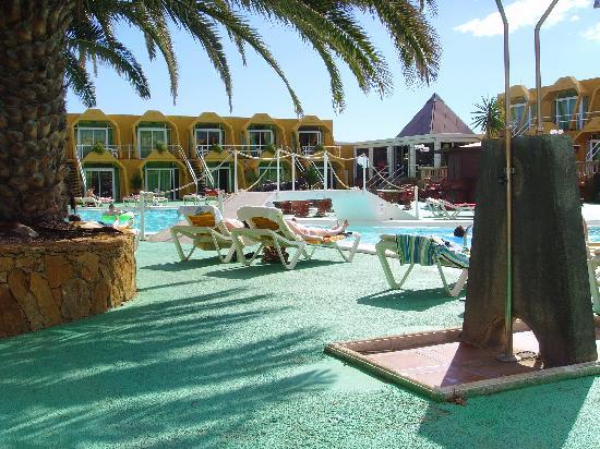 Aparthotel Horizonte Bay : view on to the pool