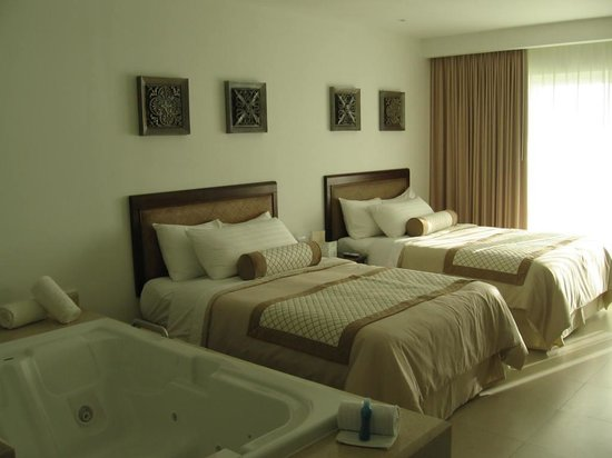 Isla Mujeres Palace: room with king size bed