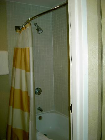 Courtyard by Marriott New Haven Wallingford: shower