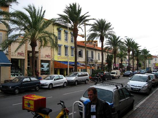 Pierre & Vacances Residence Cannes Verrerie: shops one street over from apartment