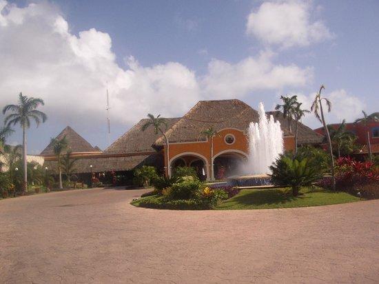 Hotel Barcelo Maya Beach: Colonial lobby