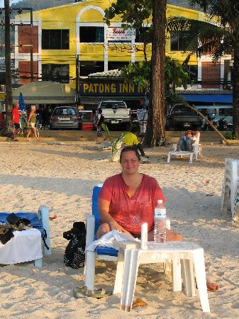 Patong Inn Hotel: view of the hotle from the beach