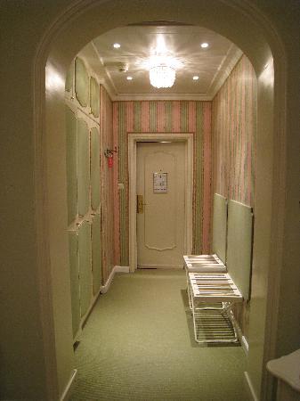Hotel Sacher Wien : Foyer to room