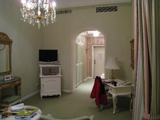Hotel Sacher Wien : Front part of room