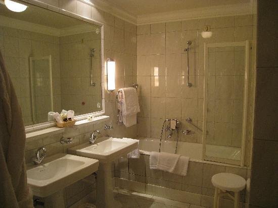 Hotel Sacher Wien : Bathroom