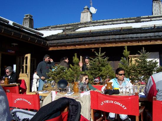 La Clusaz, França: The outdoor patio - jammed with patrons enjoying the wonderful food/service/sun
