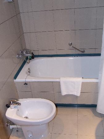 Tres Torres Atiram Hotel: Bathroom