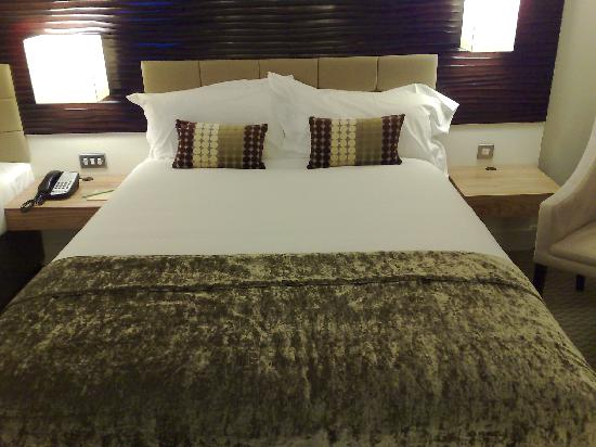 Cork International Hotel: Main bed