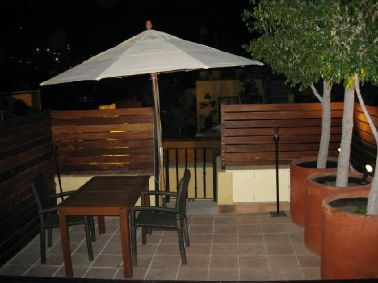 Dos Casas: Roof-deck at night