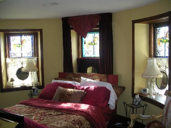 Stone Manor Vineyard & Orchard B&B: the Turret Suite
