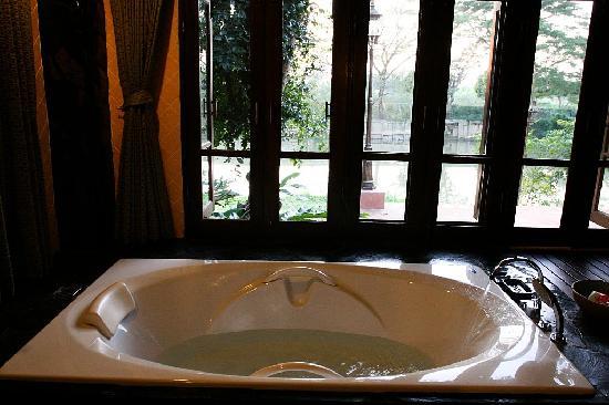 Baannamping Riverside Village: Bathtub