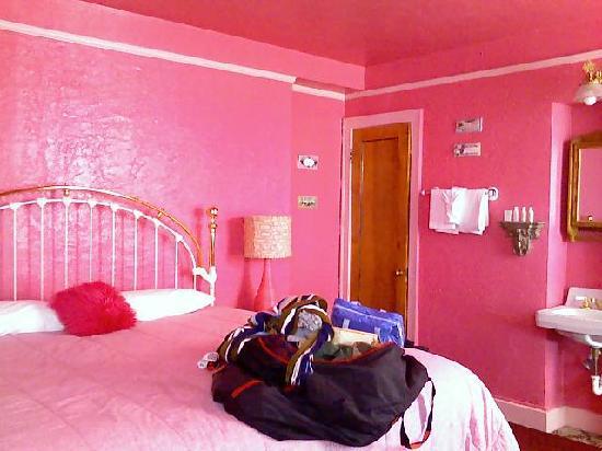 Hotel Monte Vista: The Debbie Reynolds room. Very pink.