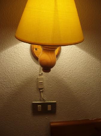 Monterrey Apartments: Bed light wiring