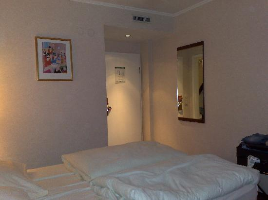 Georghof Hotel Berlin: Main room 3 (single mattresses showing)