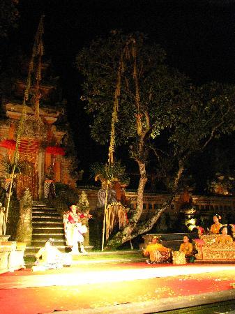 Saraswati Temple: Dance Performance at Pura Saraswati