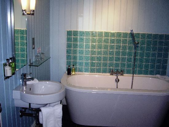 Harbourmaster Hotel: Super bathroom with vast bath