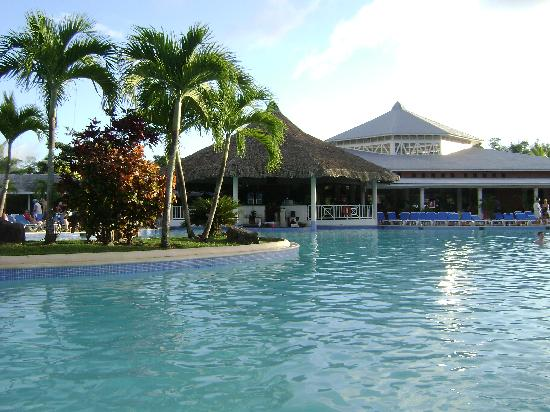 Grand Bahia Principe San Juan: The pool looking towards the lobby and swim up bar