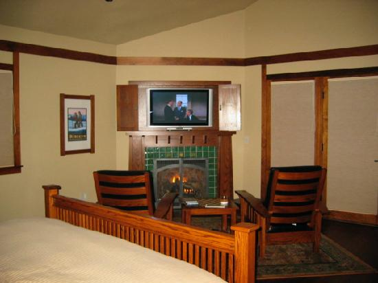 Five Pine Lodge & Spa: fireplace and tv