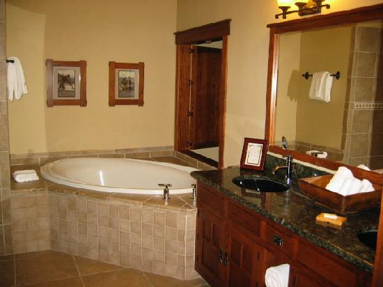 Five Pine Lodge & Spa: sink and soaking tub