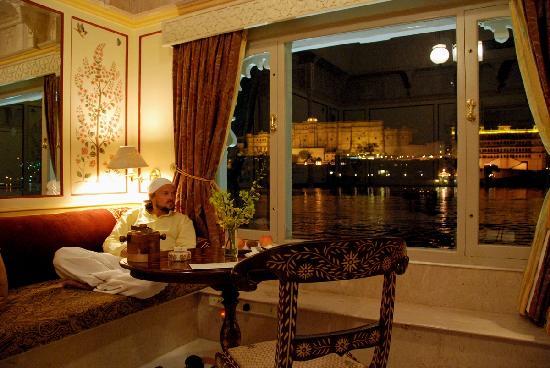 Taj Lake Palace Udaipur: At night in the room