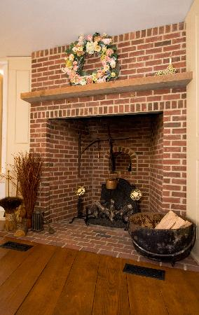 1800 Tory Inne: Keeping Room Fireplace