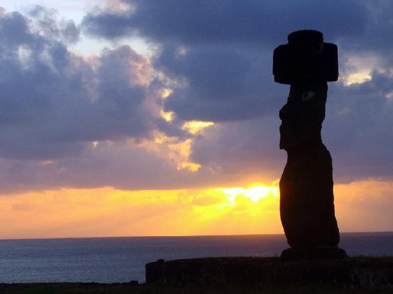 Tadeo & Lili Guest House: Moai at Ahu Tahai at sunset