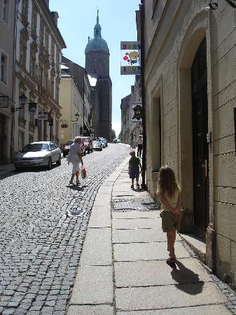 Annaberg-Buchholz, Alemania: Our kids walking *up* to visit the St. Annenkirche