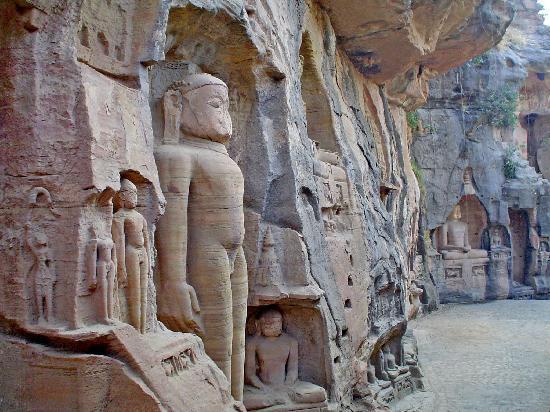Gwalior: Budas esculpidos en roca