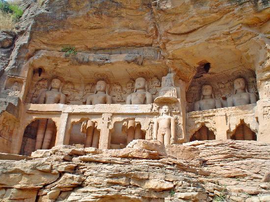 Gwalior: conjunto budista esculpido en la roca
